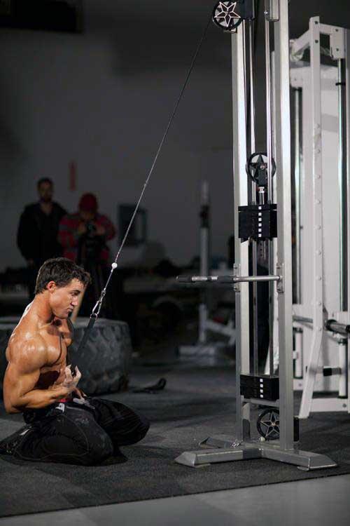 چگونه عضلات زیر بغل و پشت حجیم و زیبا داشته باشیم + 20 تمرین